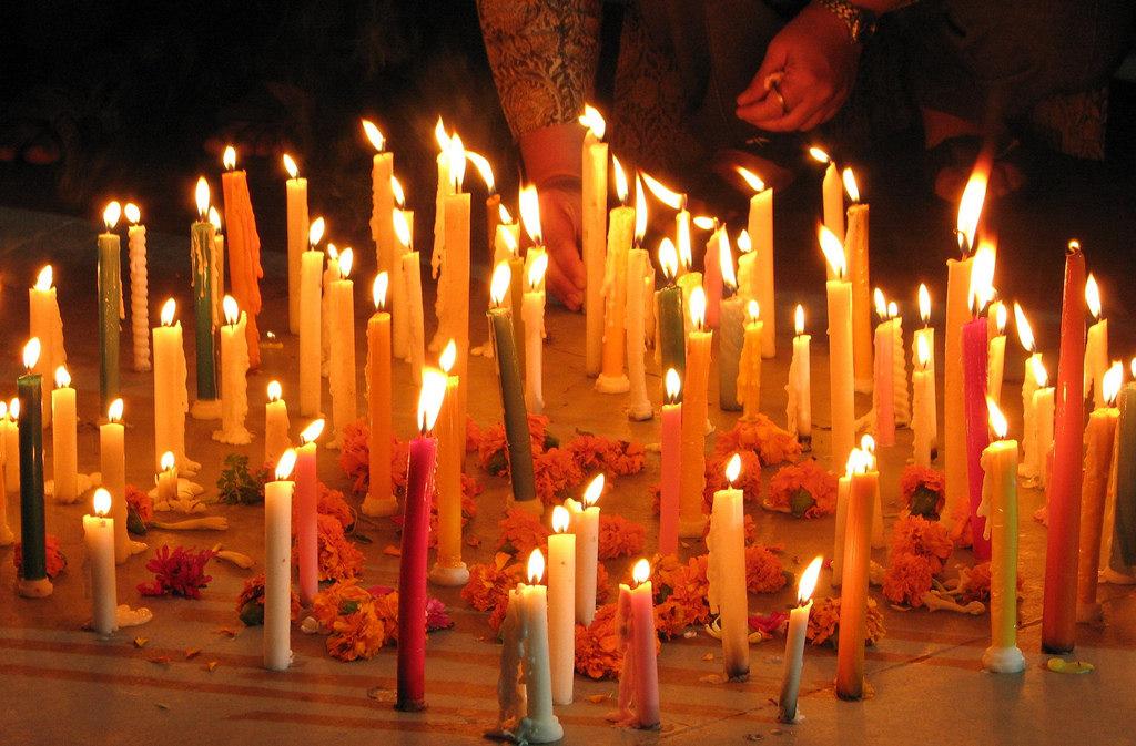 點亮蠟燭,哀悼紀念傷亡者。